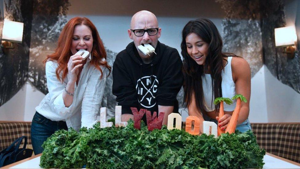 Rawvana en una fiesta con DJ Moby y la actriz Kristin Bauer