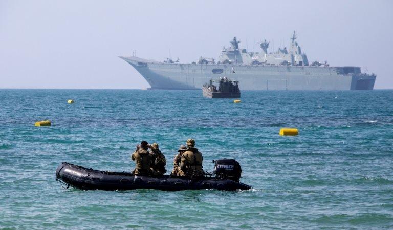 """為確保APEC峰會安全舉行,澳洲派出F/A-18E/F超級大黃蜂戰機、電子傳感飛機,將在摩爾斯貝港上空巡邏,可進行直升機起降的澳洲皇家海軍兩棲攻擊艦""""阿德雷德""""號(HMAS Adelaide)和其它幾艘軍艦將負責海上安全。"""