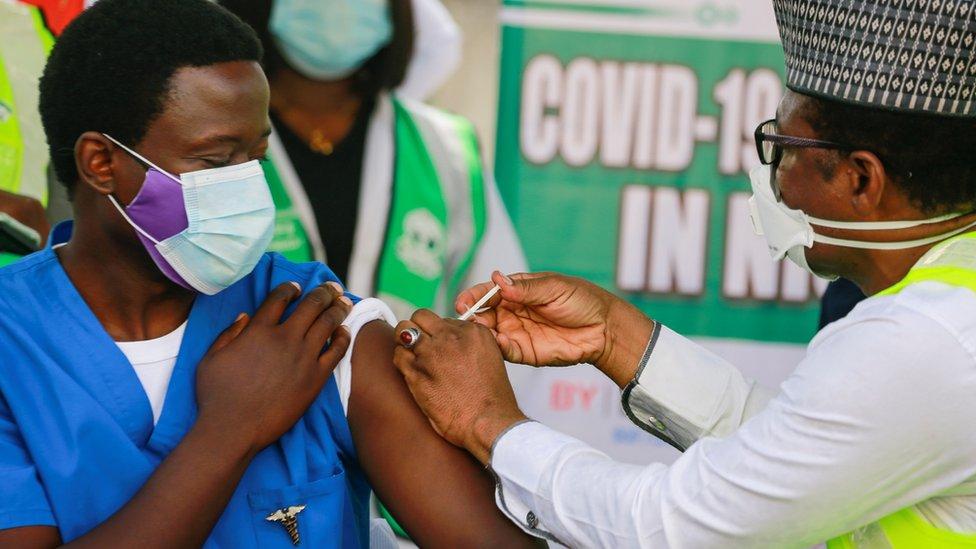 الدكتور نغونغو سيبريان يتلقى الجرعة الأولى من لقاح أوكسفورد-أسترازينكا في العاصمة النيجيرية أبوجا، في الخامس من مارس/آذار