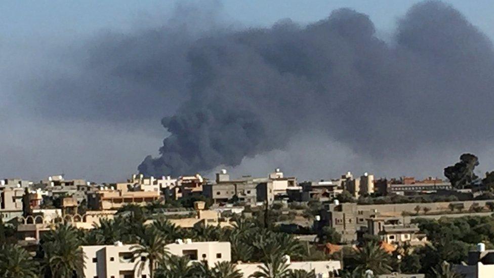 دخان يتصاعد من أحد أحياء طرابلس جراء القصف