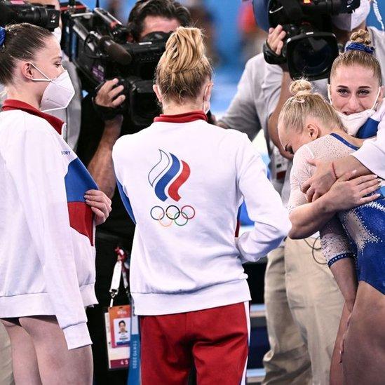 Los atletas rusos llevan en sus uniformes la bandera del Comité Olímpico de su país.