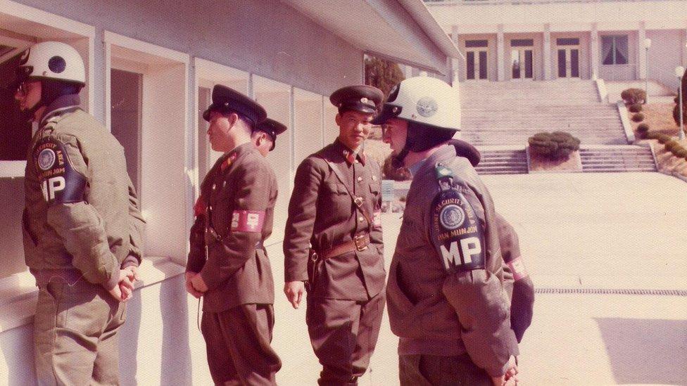 عسكريون كوريون شماليون وأمريكيون يتواصلون في بانمونجوم في عام 1976