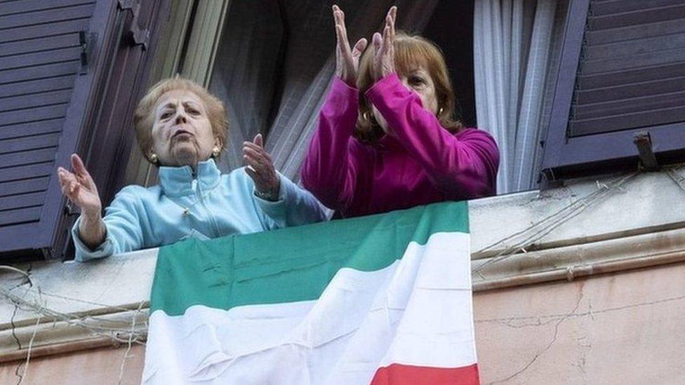意大利,3月封城措施後,兩名婦女參加居民大合唱。
