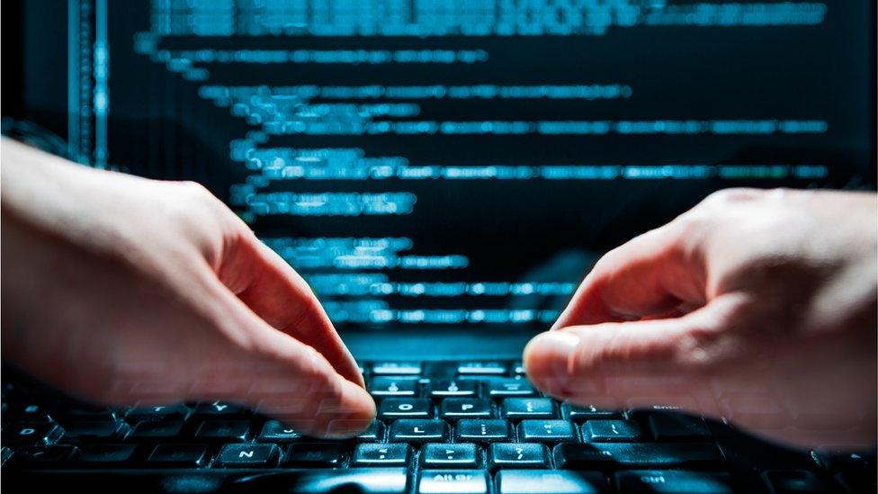 manos sobe computadora