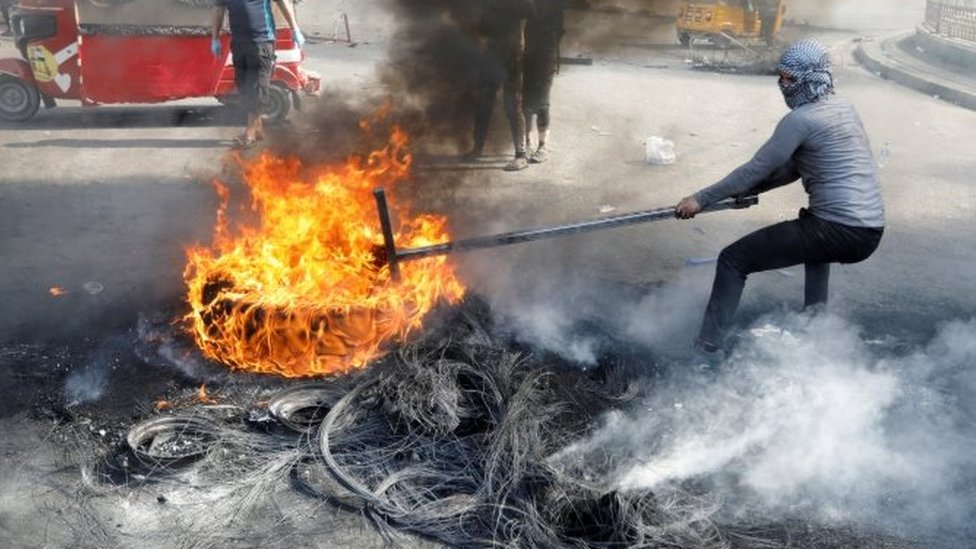Iraqi protesters burn tyres in Baghdad. Photo: 3 November 2019