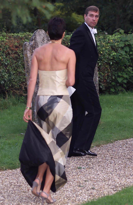 الأمير أندرو وغيلين ماكسويل في حفل زفاف الصديقة الحميمة السابقة للأمير أندرو، أوريليا سيسيل، في ويلتشر قرب سالزبري، في سبتمبر/أيلول 2000