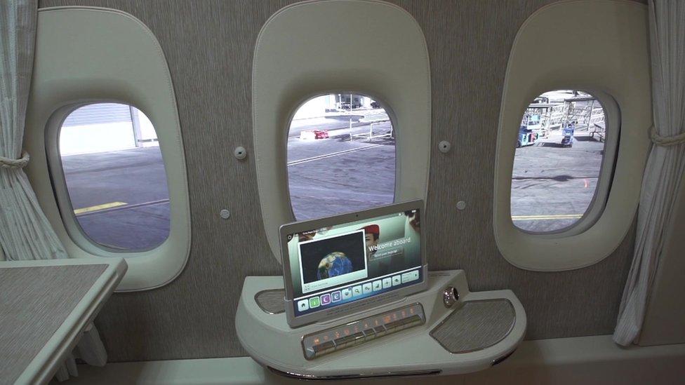 Ventanas virtuales en un avión de Emirates.