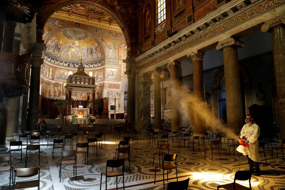 Roma'daki Santa Maria kilisesinde dezenfeksiyon yapılıyor. İtalya'daki kiliseler 18 Mayıs'tan itibaren çeşitli kısıtlamalarla birlikte ibadete açılacak