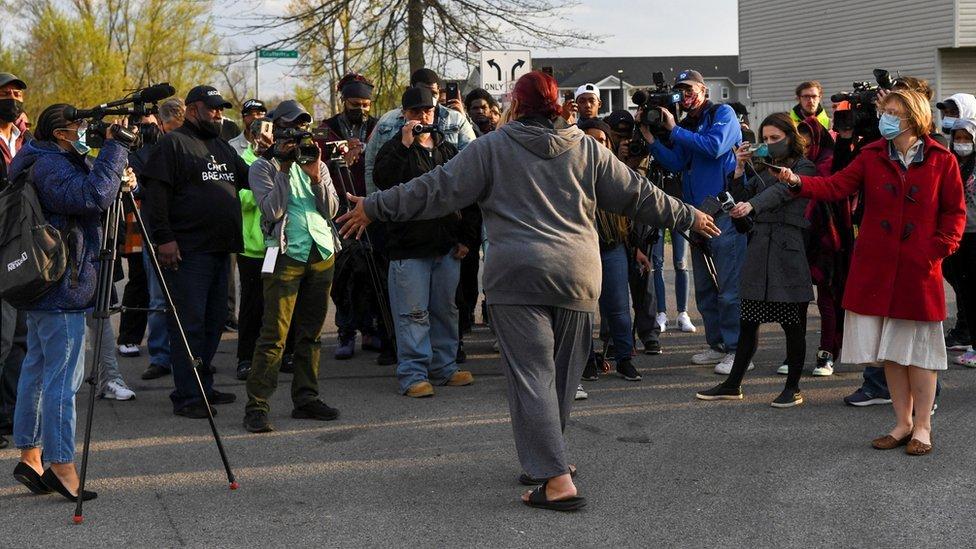 Hazel Bryant, tía de la adolescente Ma'Khia Bryant, habla con los medios.
