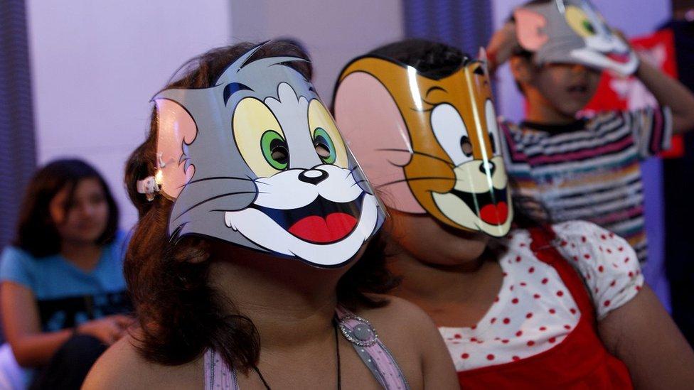 Niños con máscaras de Tom y Jerry.