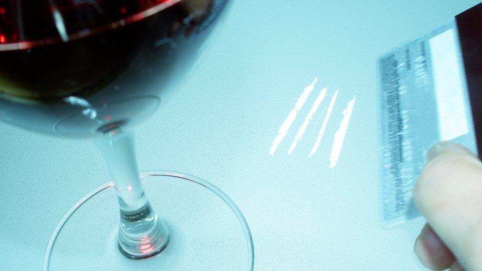 Copa de vino y líneas de cocaína