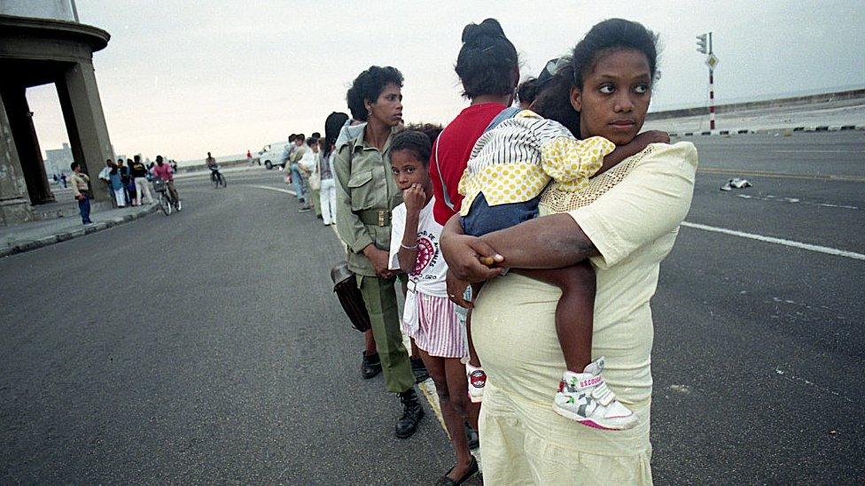 Personas hacen fila en Cuba