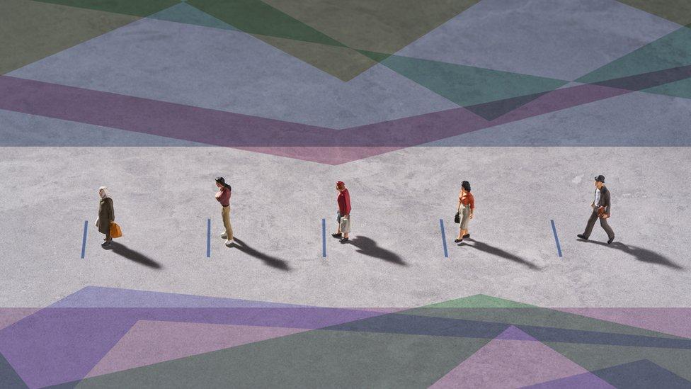Imagem de cima mostra cinco pessoas enfileiradas em pátio, com fitas no chão indicando distância entre elas