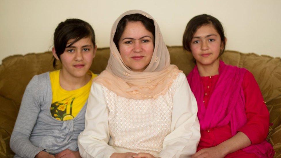 Koofi con sus dos hijas en 2012