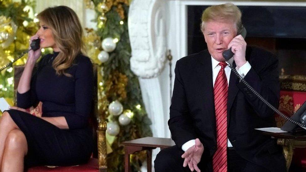 Melania Trump y Donald Trump hablando por teléfono