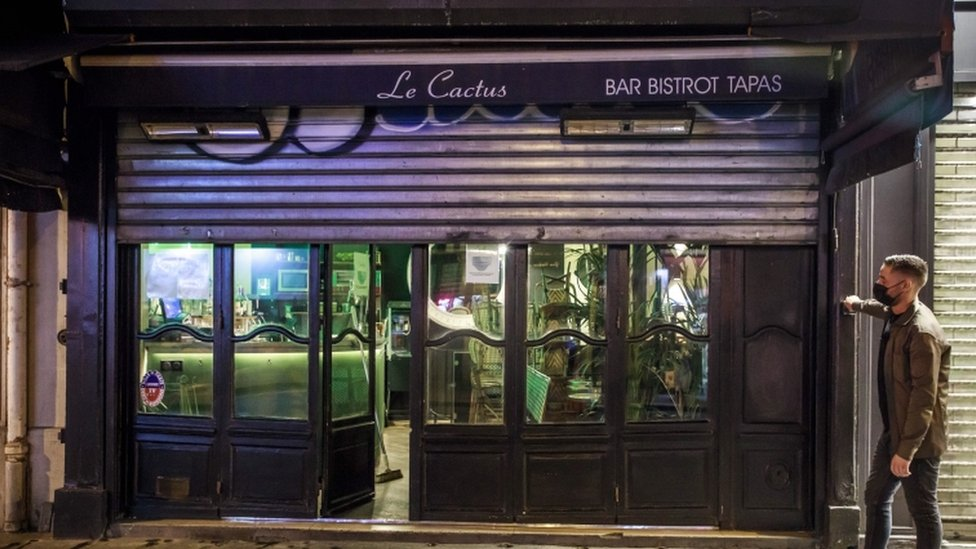 Coronavirus: Paris to shut bars and raise alert to maximum thumbnail