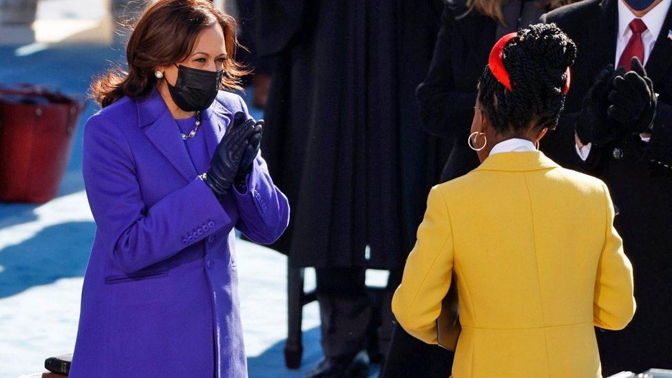 ABD Başkan Yardımcısı Kamala Harris, yemin töreninde okuduğu şiir sonrası Amanda Gorman'ı coşkuyla alkışladı