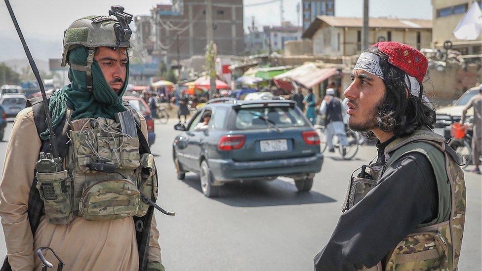 Dos milicianos del Talibán en un puesto de control en Kabul, tras la toma de poder del grupo fundamentalista