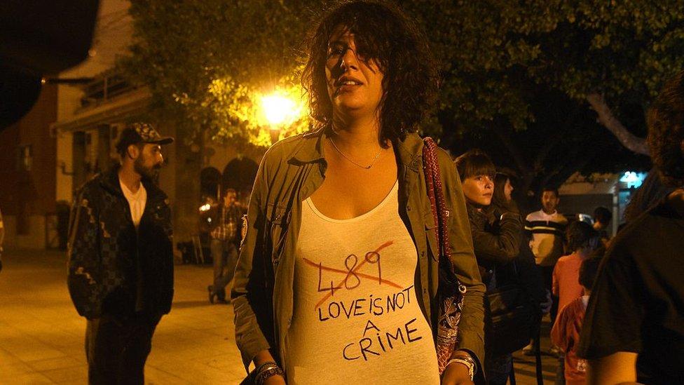 Mujer protestando en contra del artículo 489.
