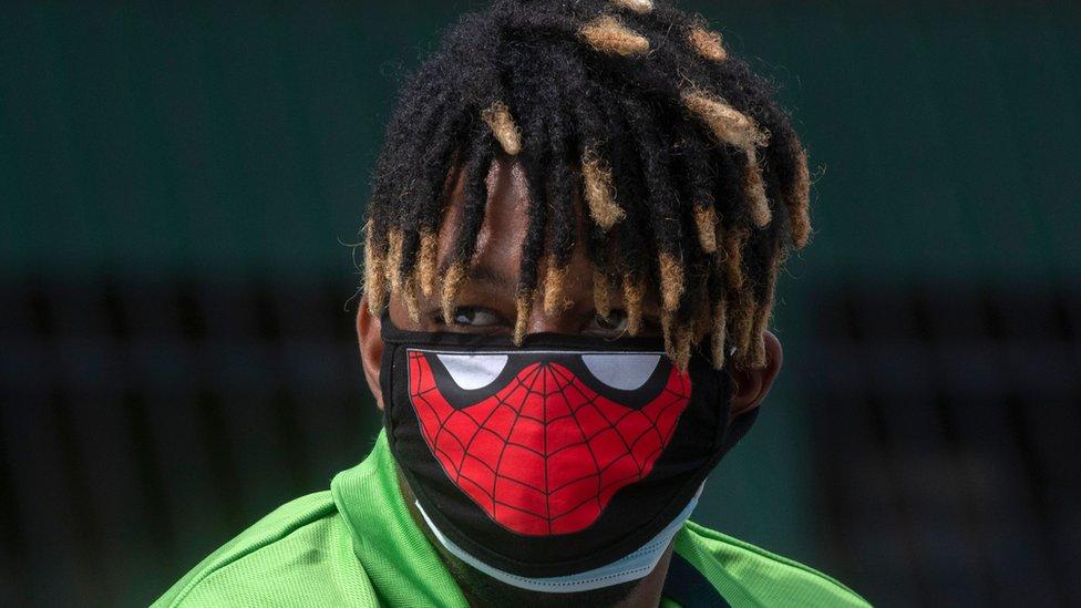 Chico con una mascarilla de Spider Man en Panamá