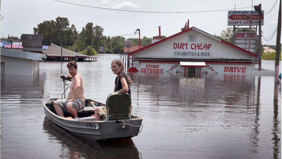 Residentes de Missouri usan un bote para regresar a casa ante la continua crecida del río Mississippi