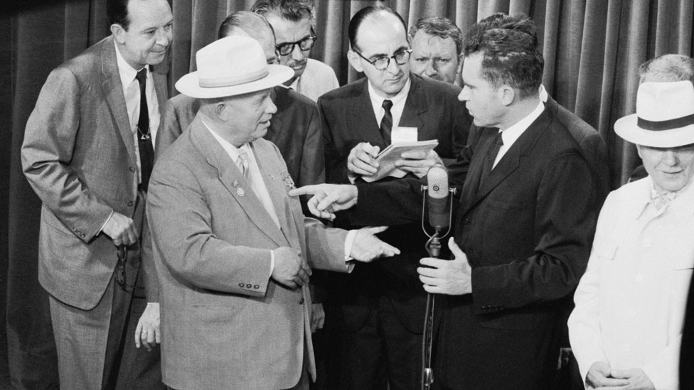 Jruschov y Nixon debatiendo