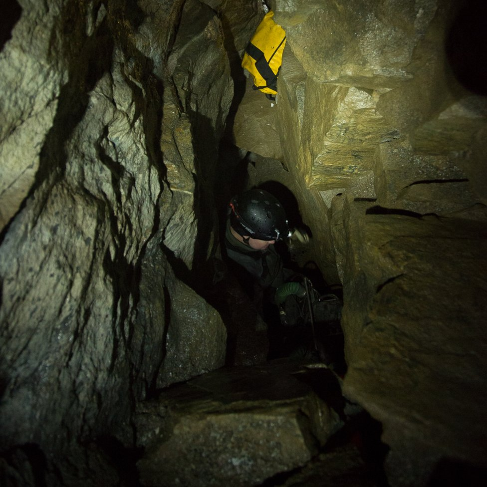 Climbing down to the Steinugleflaget cave