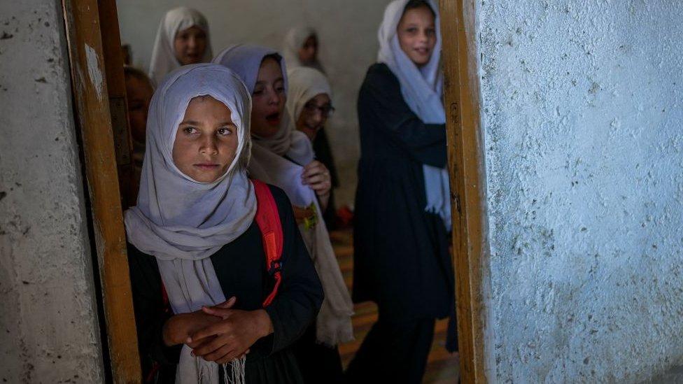 Дом стал тюрьмой. Как живут афганские женщины спустя месяц после захвата власти
