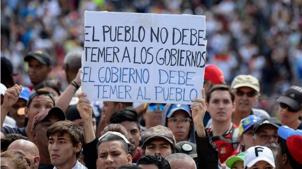 Un cartel durante una manifestación