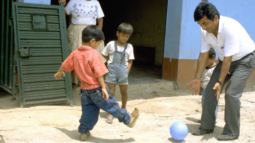 El Dr. Roger Zapata y Luis Fermín jugando a la pelota en 1991