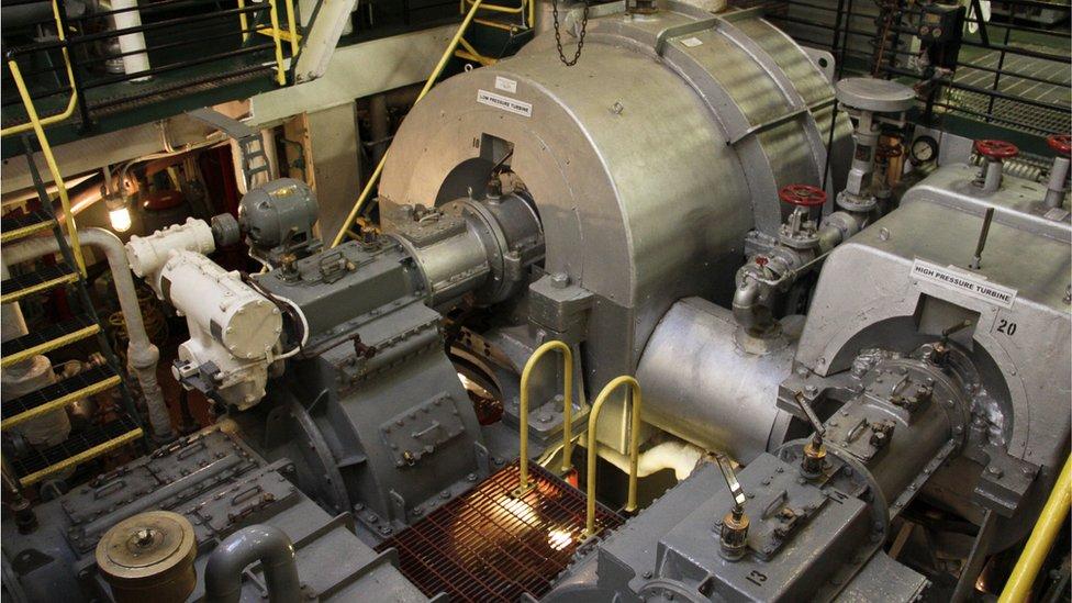 Un motor de un buque de carga