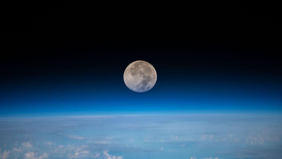 Luna vista sobre el espacio azul