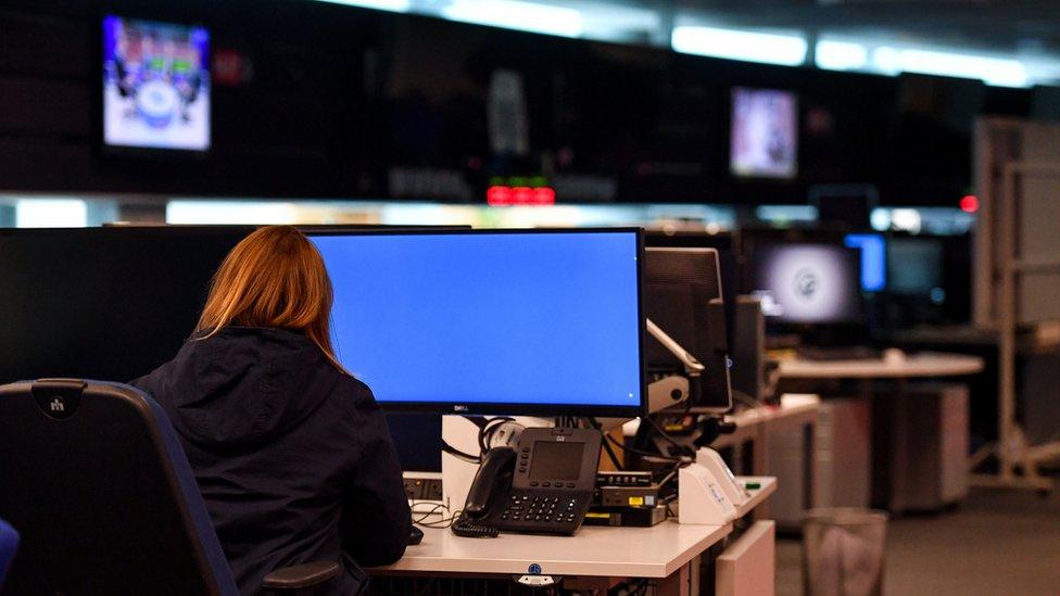 امرأة في مقر مكاتب الاتصالات الحكومية البريطانية