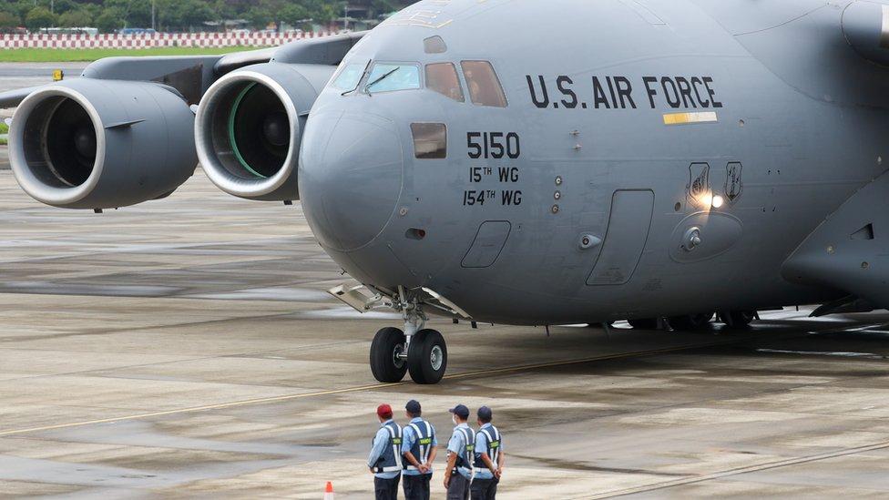 """搭載三名議員的美軍運輸機機身上""""美國空軍"""" (US Air Force)的標示清楚可見。"""