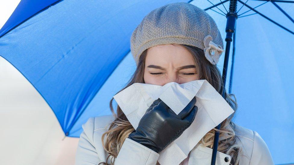 Mujer con resfriado en el frío