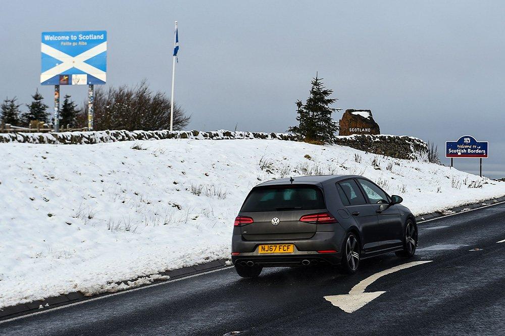 لافتة ترحب بالسائقين في اسكتلندا على الحدود مع إنجلترا بالقرب من جيدبورغ