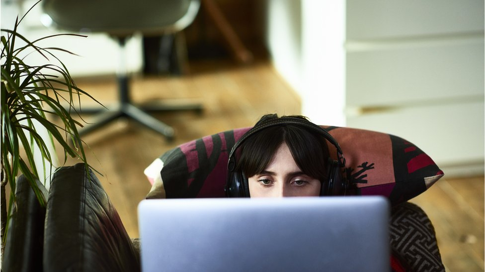 Una joven frente a una computadora