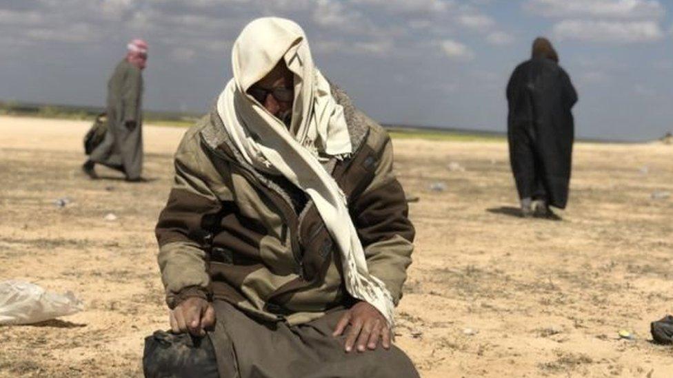 Pendukung ISIS pria yang lari dari Baghuz dipisahkan dari perempuan yang banyak ditempatkan di kamp pengungsian.