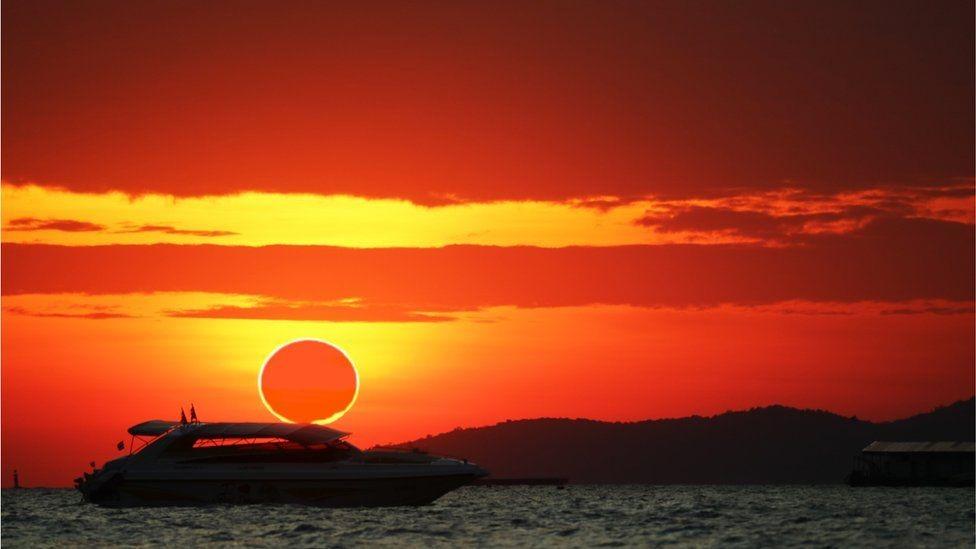 النصف الشمالي من الكرة الأرضية يشهد عرضاً سماوياً فريداً لكسوف الشمس.