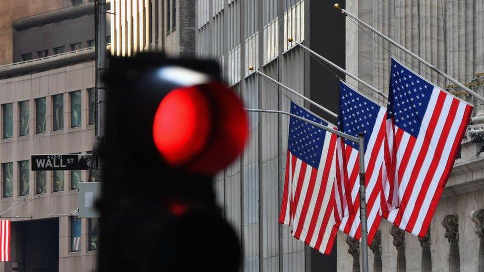 Semáforo y bandeas en Wall Street