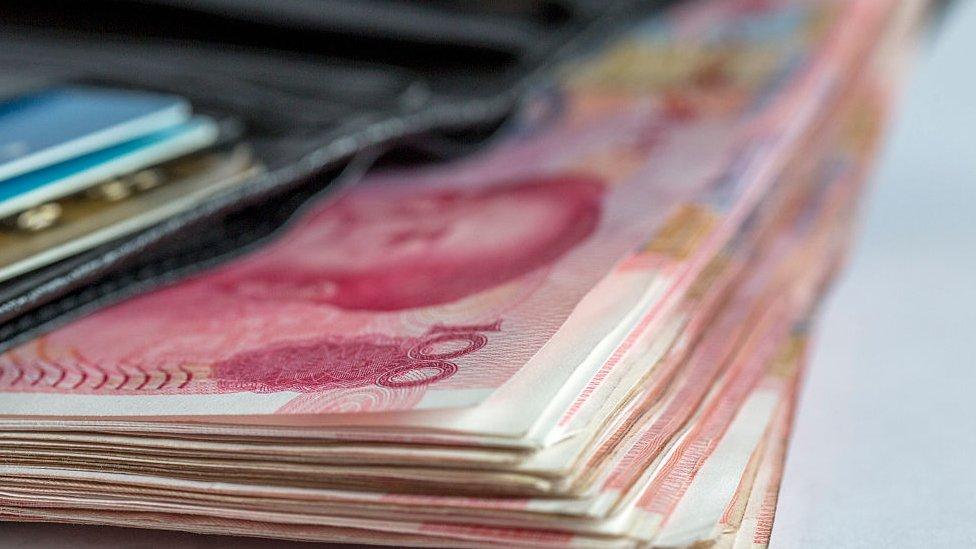 yuanes en una cartera
