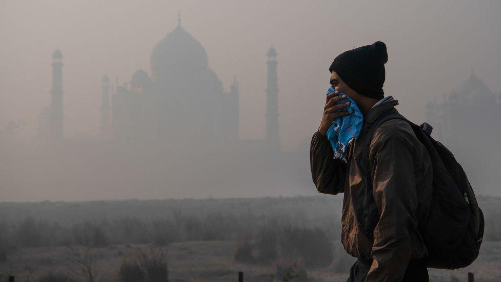 Zagađenje prekriva čuveni Taž Mahal u Agri, Indiji