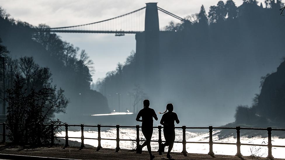 Dos mujeres corren en Bristol, Reino Unido.
