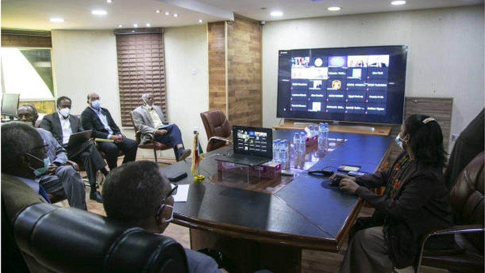 الوفد السوداني في مفاوضات سد النهضة يشارك في إحدى الجلسات عبر تقنية الفيديو كونفرنس