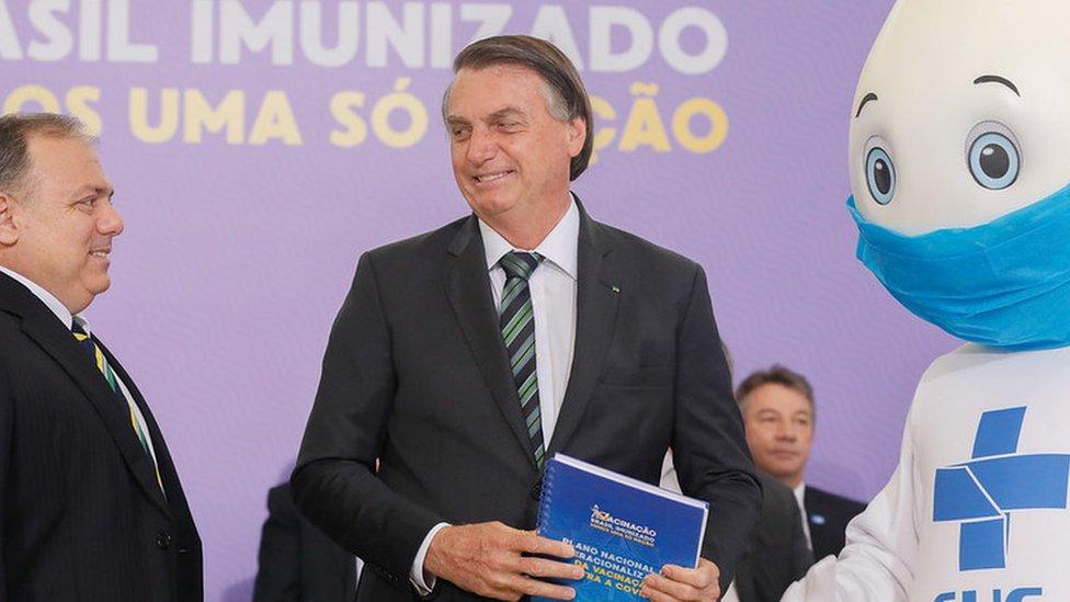 Presidente Jair Bolsonaro, ministro da Saúde Eduardo Pazuello e Zé Gotinha em evento oficial do lançamento do plano de vacinação contra a covid-19 em dezembro de 2020