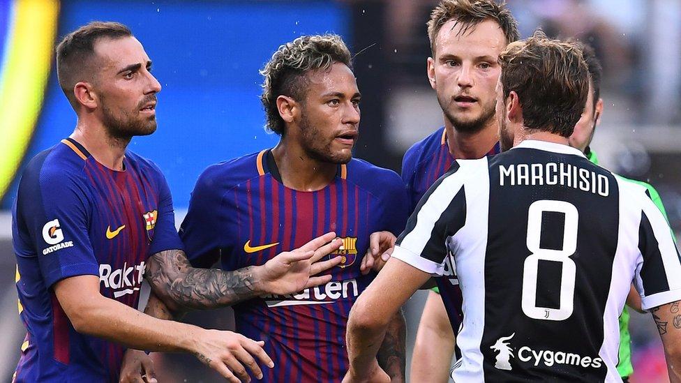 Jugadores de fútbol de Barcelona y Juventus se enfrentan.