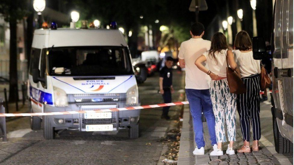 إصابة سبعة أشخاص، بينهم بريطانيان، في هجوم بسكين في باريس