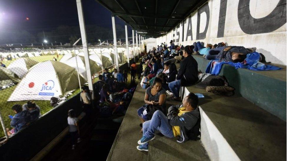 Las autoridades instalaron carpas en estadios deportivos para alojar temporalmente a las personas evacuadas.