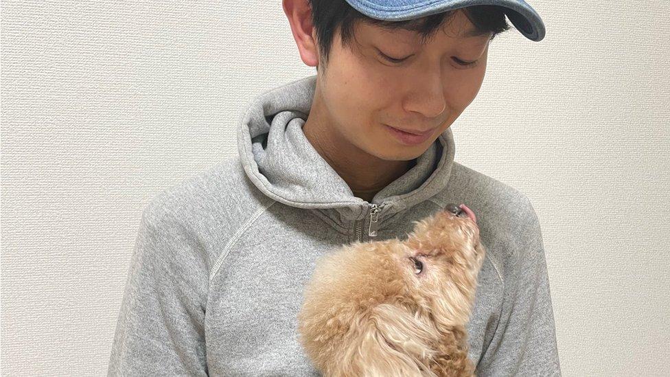 Shoji Morimoto mirando a un perro.