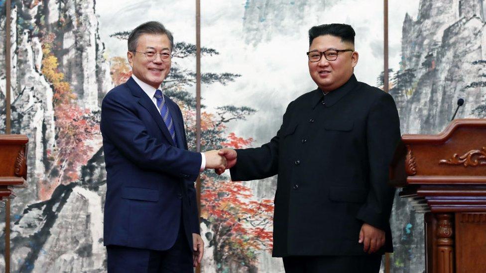 Корейское потепление: Мун Чжэ Ин и Ким Чен Ын восстановили прямую телефонную связь